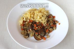 Обжаренные компоненты (оставив в сотейнике 2 столовые ложки для соуса) выложить на тарелку, добавить сыр, перемешать.