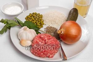 Основные ингредиенты: фарш, лук, рис, горошек, говяжий бульон, чеснок, мята, зира, йогурт, перец чёрный молотый и масло подсолнечное.