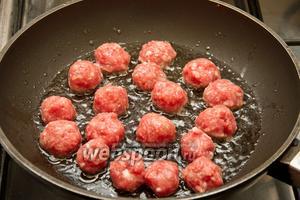 Обжариваем фрикадельки в разогретом подсолнечном масле до готовности (35-40 минут).