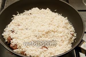 В готовые фрикадельки добавляем рис.