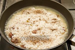 Добавляем зиру, перец и соль. Далее накрываем крышкой и готовим 30 минут.