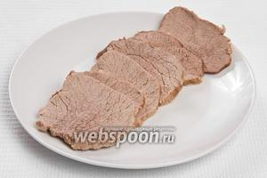 Готовое мясо нарезаем ломтиками.