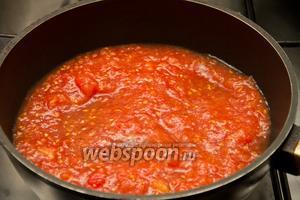 Выкладываем помидоры на сковородку и тушим их 20 минут.