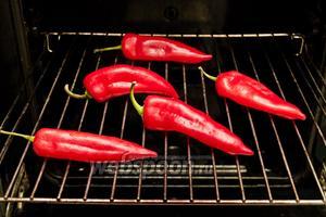 Перец выкладываем на решётку и запекаем в духовке 15-20 минут при температуре 180°C.