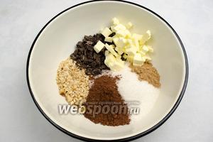 Приготовить шоколадную смесь. Холодное сливочное масло нарезать мелким кубиком, орехи слегка поджарить, очистить от шелухи и измельчить, шоколад нарезать кусочками, добавить корицу, сахар, порошок какао, 1 ст. л. муки.
