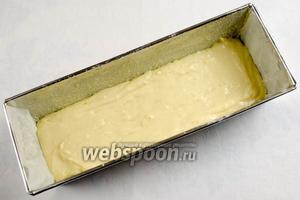 Стенки формы смазать 2 г сливочного масла. На дно формы выложить половину теста.