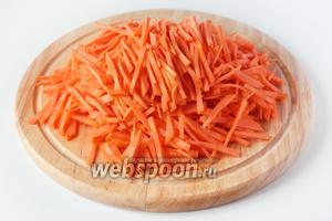 Нарезаем морковь аккуратной длинной соломкой.