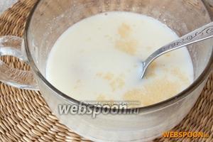 Молоко довести до кипения вместе с сахаром. Дать остыть до комнатной температуры. Добавить желатин, через 15 минут, когда он набухнет немного нагреть молоко и размешать. Желатин должен раствориться.