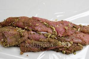 Расстелить на столе подготовленный (разрезанный) рукав для запекания. Разложить на плёнке полоски мяса.