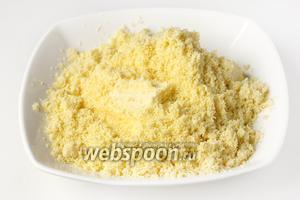 Соединяем перетёртые желтки с мягким сливочным маслом.