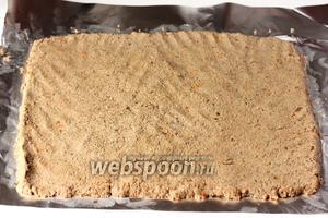 На столе расстилаем фольгу, на неё выкладываем печёночный паштет тонким, ровным и одинаковым по толщине по всей площади пласта слоем.
