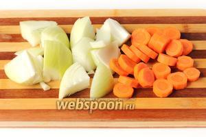 Морковь и лук чистим, морковь нарезаем кольцами, а лук небольшими кусочками.