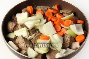 Добавляем нарезанные овощи.