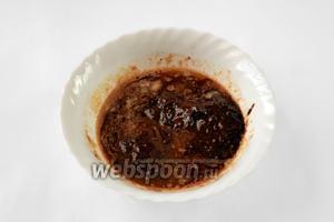 Сливочное масло и шоколад растапливаем на водяной бане или в микроволновке, смешиваем.
