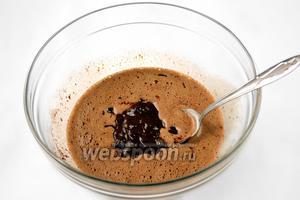 Добавляем растопленный шоколад с маслом в яично-сахарную смесь, взбиваем вместе.