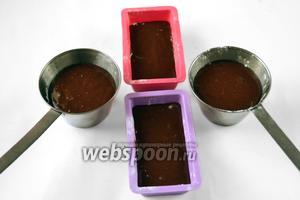 Порционные формочки смазываем маслом. Наливаем тесто на 2/3 и ставим формочки в духовку, разогретую до 200°C. Время выпечки индивидуально: от 6 до 11 минут, у меня запеклось за 8 минут.