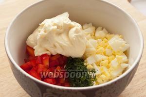 В отдельную миску сложить все ингредиенты: яйцо, перец, сыр и зелень (зимой можно использовать замороженную).