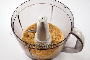 Орехи измельчаем в чаше комбайна до состояния мелкой крошки.