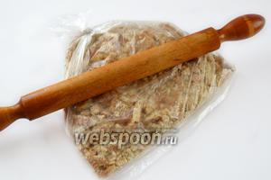 Печенье складываем в прочный пакет и проходимся по нему скалкой. Печенье на 1/3 должно состоять из кусочков до 1 см, остальное можно измельчить в крошку.