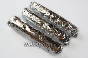 Заворачиваем «колбаски» в фольгу и кладём на 2 часа в морозилку или на 4 часа в холодильник.