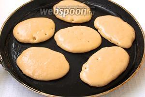 Сковороду разогреть, смазать маслом. Столовой ложкой наливать тесто.