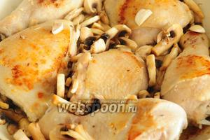 Добавьте к курице грибы и обжаривайте вместе 3-5 минут.
