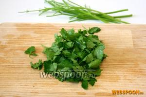 Для приготовления салата используются только листья петрушки. Поэтому отделите листья петрушки от стеблей.