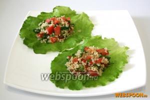Оставьте салат на 20-30 минут для того, чтобы он хорошо пропитался. При желании можете выложить салат на листья салата. Приятного аппетита!