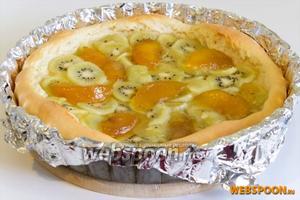 Поставьте пирог в разогретую до 180 °C  на 30 минут.