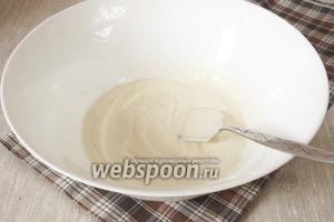 В миску поместить сметану, масло растительное, сахар, соль, крахмал. Перемешать.