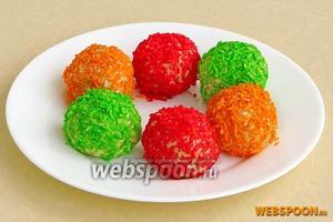 Обвалять шарики в разноцветной кокосовой стружке.