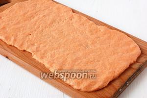 Разделочную доску смазать растительным маслом и раскатать тесто толщиной 0,5 см.