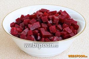 Корнеплоды очистить и нарезать дольками или кубиками.