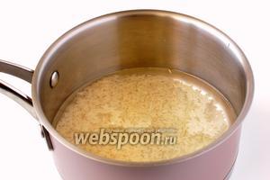Рис промыть, залить 200 г воды, отварить до готовнсти с добавлением соли.