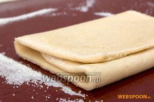 Тесто свернуть в 3 раза. Снова раскатать в такой же прямоугольник. Сахар должен перемешаться с тестом. Повторить раскатывание 3-4 раза. Весь сахар должен «уйти».