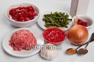 Основные ингредиенты: фарш, фасоль, чеснок, лук, помидоры, томатный сок, томатная паста, масло подсолнечное, перец красный и чёрный.