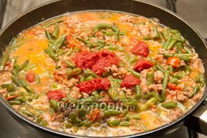 Добавляем томатную пасту с томатным соком и готовим ещё 10 минут.
