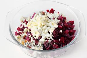 Заранее отваренные перепелиные яйца чистим, нарезаем произвольными небольшими кусочками и добавляем к остальным ингредиентам.
