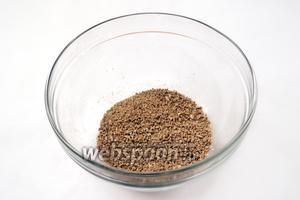 Семечки с солью измельчим в блендере или мельничке.