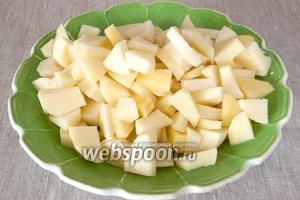 Картофель промыть, почистить и нарезать небольшими кусочками.