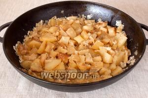 Картофель готов. Подавать желательно в горячем виде.