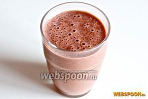 Разлейте по стаканам и сразу же подавайте. Можете украсить гранолой или рубленым шоколадом с орехами.