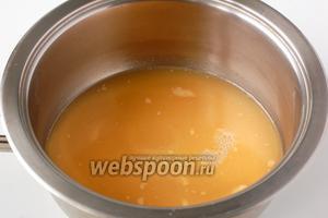 Выложить яблочную массу в кастрюлю. Добавить яблочный сок с крахмалом.