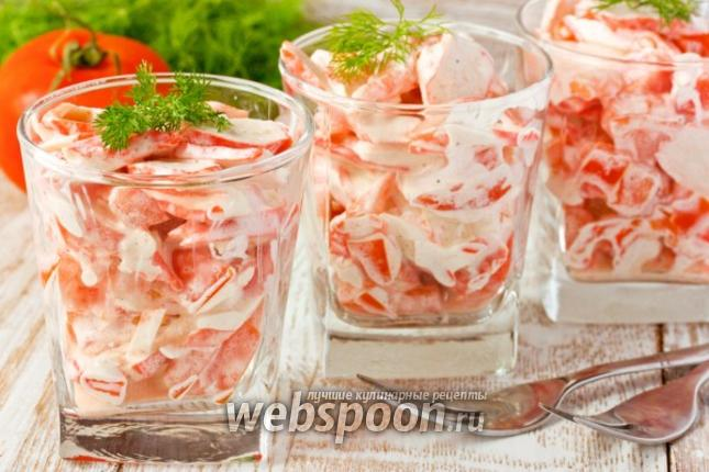 Фото Салат с крабовыми палочками, помидорами и чесноком
