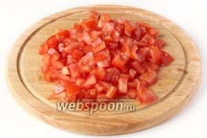 Помидоры моем, вырезаем плодоножки и нарезаем небольшими кубиками. Образовавшийся сок с помидоров сливаем.