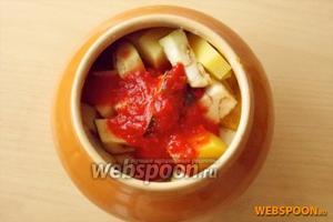 2 больших помидора измельчаем в томатный соус и в каждый горшочек кладём 2-3 ст. л. Добавляем 50-70 мл воды или бульона. Закрываем крышкой и ставим в духовку. Запекаем 90 минут при температуре 190-200°C. Если у вас баранина, говядина или свинина готовить в духовке надо не менее 2 часов.