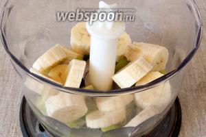 Добавить очищенный и нарезанный банан.