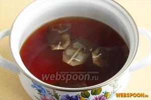 Пакетики чая залить кипящей водой и дать настояться в течение 15 минут.