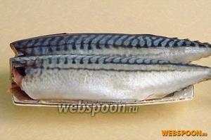 У рыбы удалить головы и внутренности, тщательно вымыть тушки снаружи и изнутри.