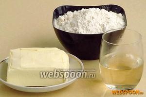 Для приготовления теста нужно взять пшеничную муку высшего сорта, маргарин и белое сухое вино.